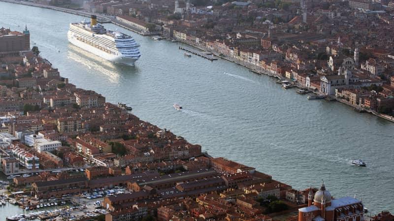 Venice in peril tourists