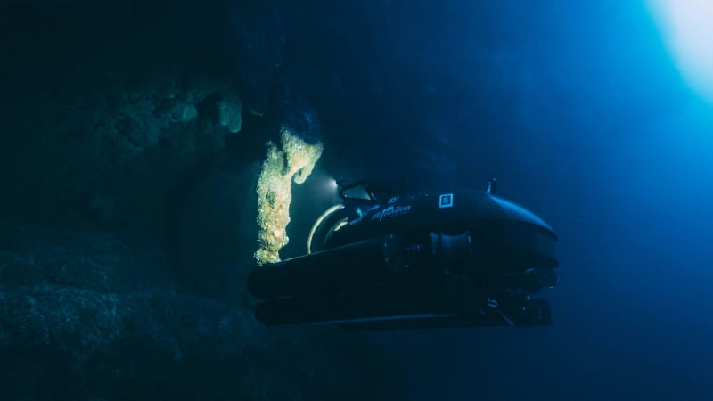 Aquatica-Submarine's-Stingray-500-exploring-the-stalactite-cavern-at-the-Blue-Hole-Belize---Photo-Thomas-Bodhi-Wade