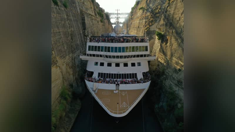 The boat carried 929 passengers through the narrow waterway.