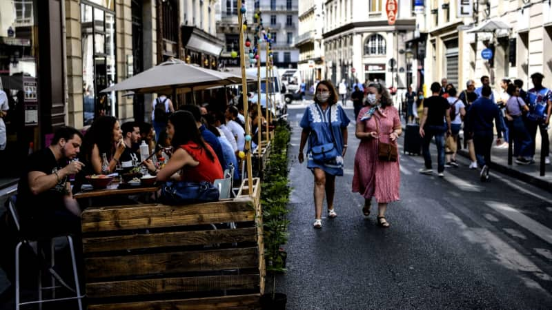 Dining outside is safer for unvaccinated travelers.