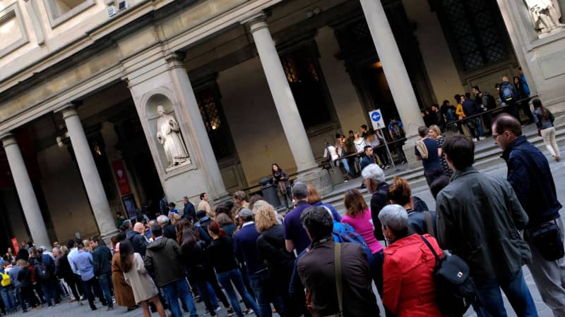 Tourists queue to visit the Uffizi gallery, one of the most important Italian museum, on April 1, 2017 in Florence. / AFP PHOTO / Alberto PIZZOLI (Photo credit should read ALBERTO PIZZOLI/AFP via Getty Images)