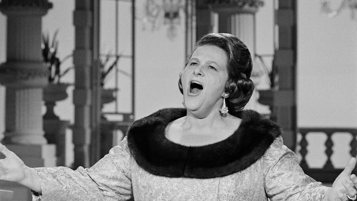 Yankees, Flyers dump Kate Smith's 'God Bless America' over racism  allegations | CNN