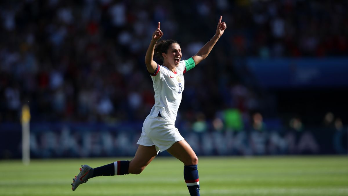 ผลการค้นหารูปภาพสำหรับ USWNT star Carli Lloyd drills a 55-yard field goal at a Philadelphia Eagles practice""