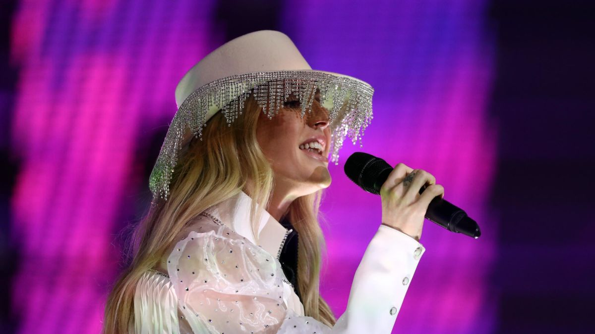 Ellie Goulding Performed At The Dallas Cowboys Thanksgiving Halftime Show Wearing What Looks Like A Lampshade Cnn