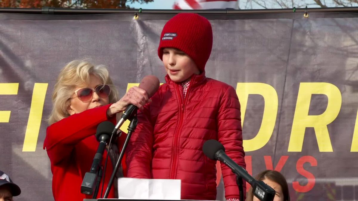 Estrela de Young Sheldon se junta à Jane Fonda em protesto