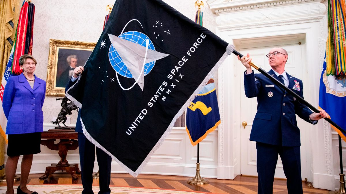 Die Erde, in der wir leben und der Raum, der die Welt ist - Seite 62 Https%3A%2F%2Fcdn.cnn.com%2Fcnnnext%2Fdam%2Fassets%2F200515183405-02-us-space-force-flag