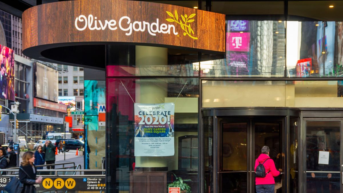 Nyc Dining Rooms Are Still Closed That S Squeezing Olive Garden S Best Restaurant Cnn