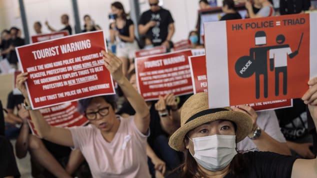 La escena saluda a los pasajeros que llegan al aeropuerto internacional de Hong Kong durante las protestas.