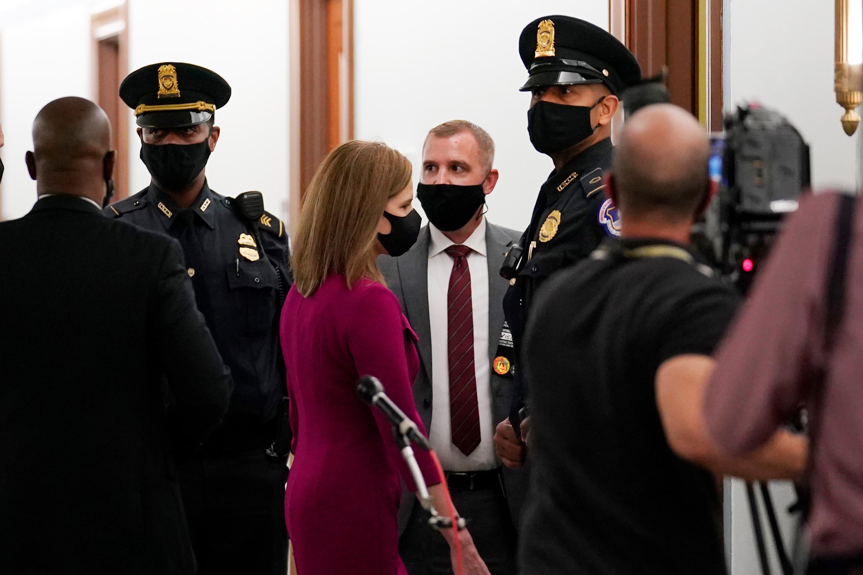 La nominada a la Corte Suprema Amy Coney Barrett llega al Capitolio para comenzar su audiencia de confirmación ante el Comité Judicial del Senado, el lunes 12 de octubre en Capitol Hill.