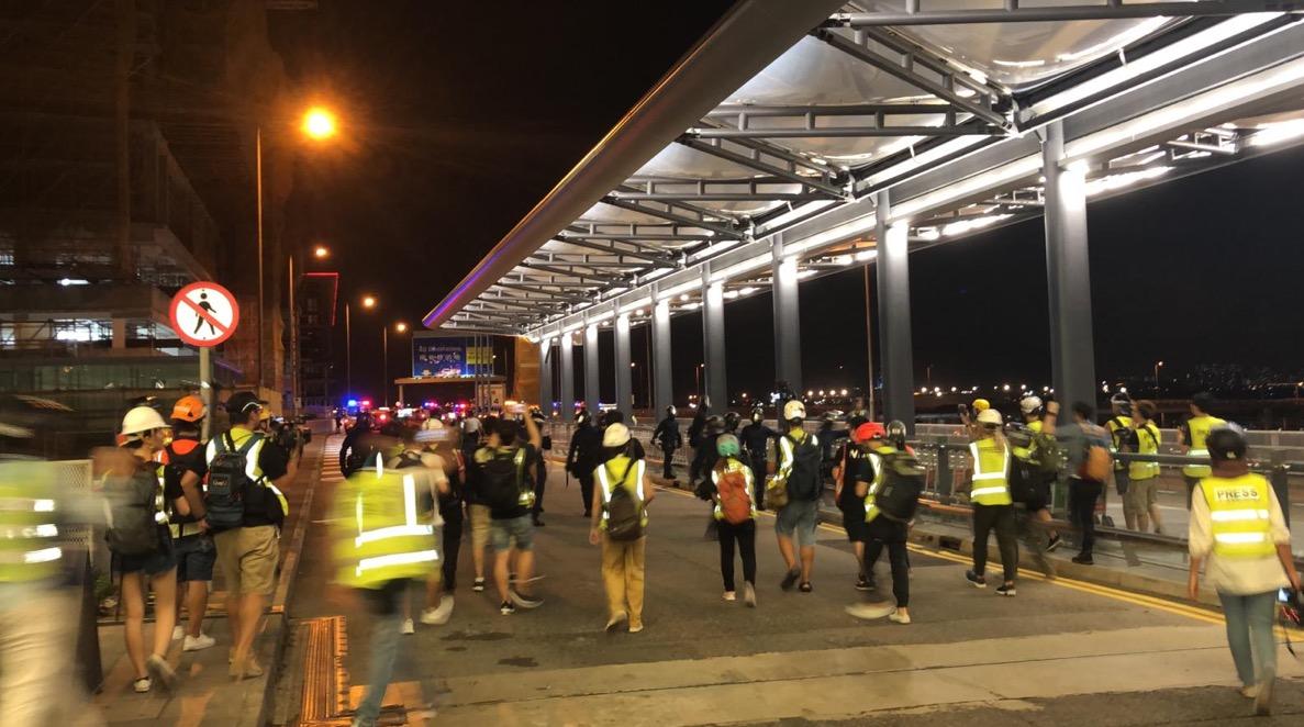 Hong Kong police crackdown at Hong Kong airport