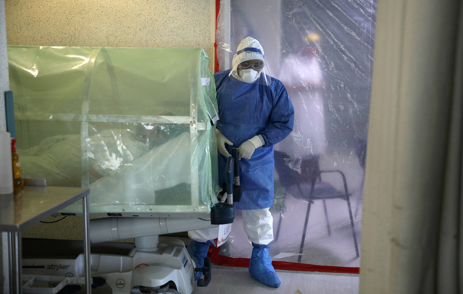 A worker wears personal protective equipment (PPE) to treat a patient infected with Covid-19 in Mexico City, on August 8.