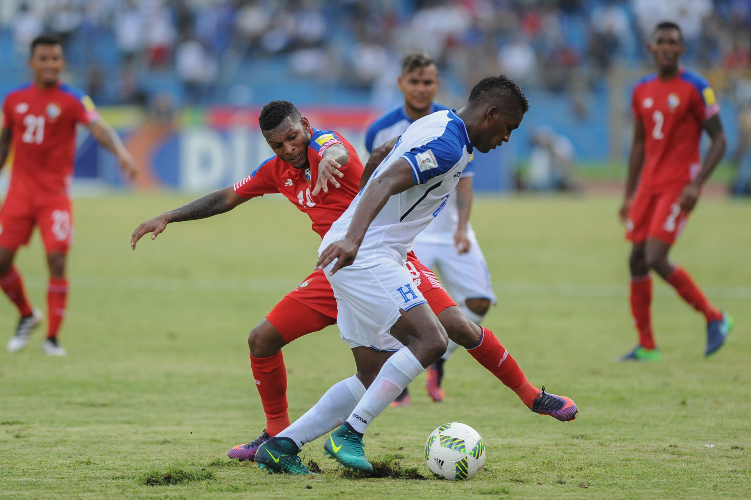 Honduras' Alberth Elis, in white, battles Panama's Alberto Quinteros for the ball during a World Cup qualifier in 2016.