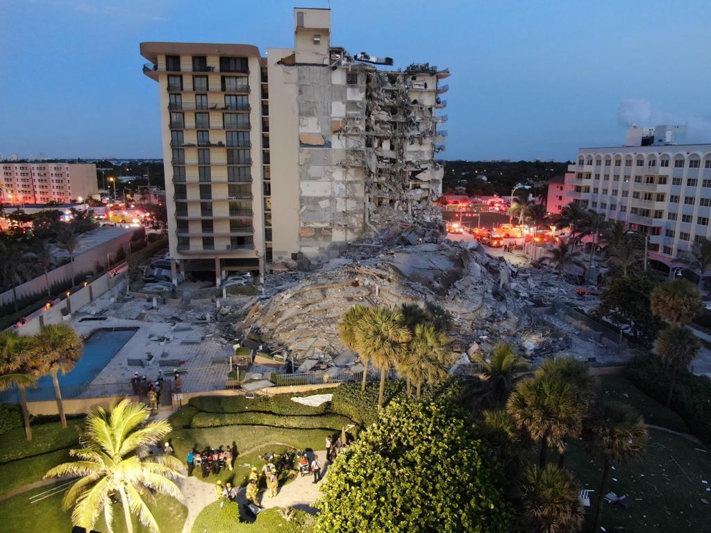 Ein massiver Schutthaufen steht neben dem mehrstöckigen Wohngebäude, das am Donnerstag in Surfside, Florida, ein paar Meilen nördlich von Miami Beach teilweise eingestürzt ist.