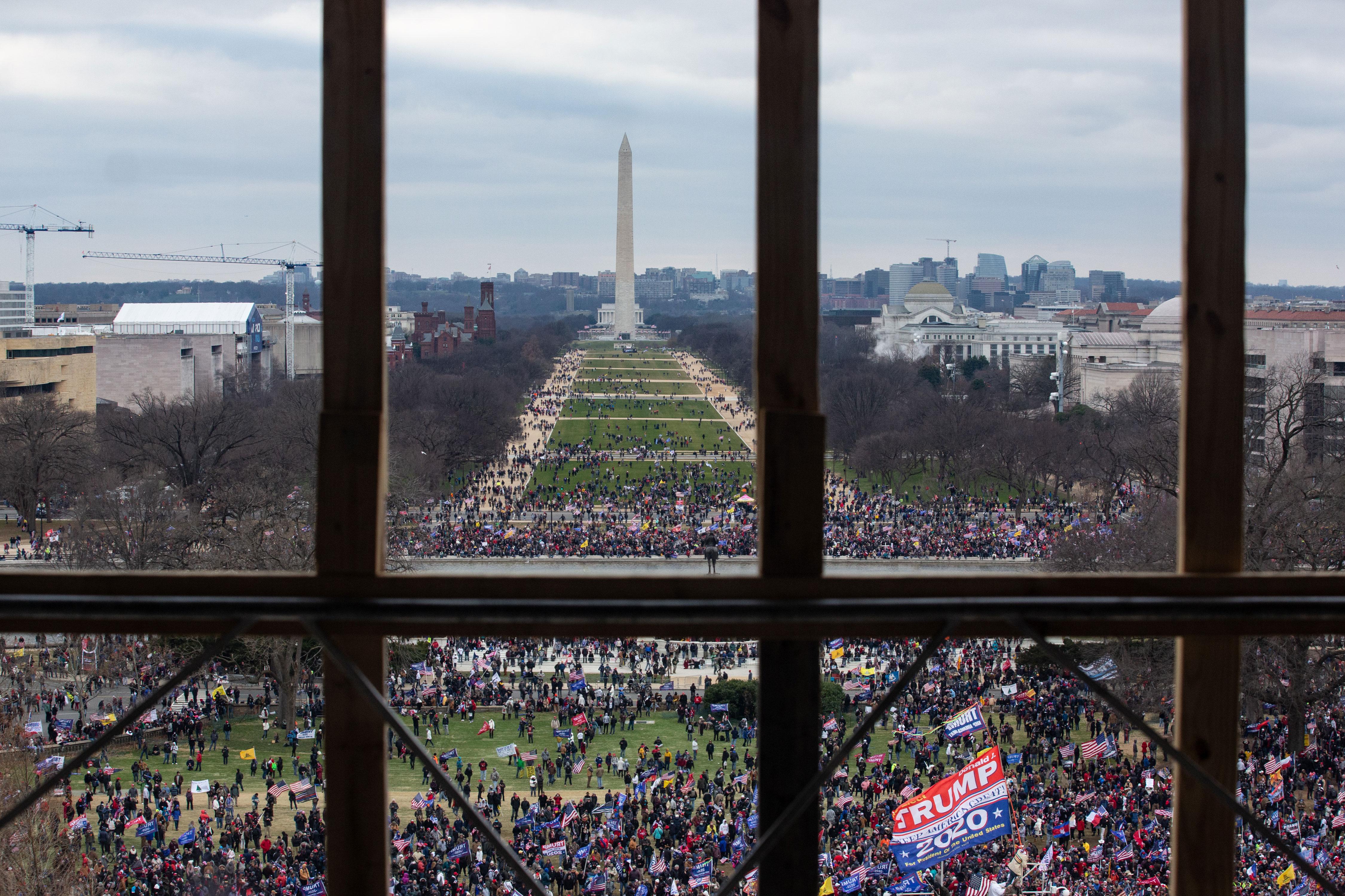 Una multitud de partidarios de Donald Trump se ve desde el interior del Capitolio el 6 de enero.