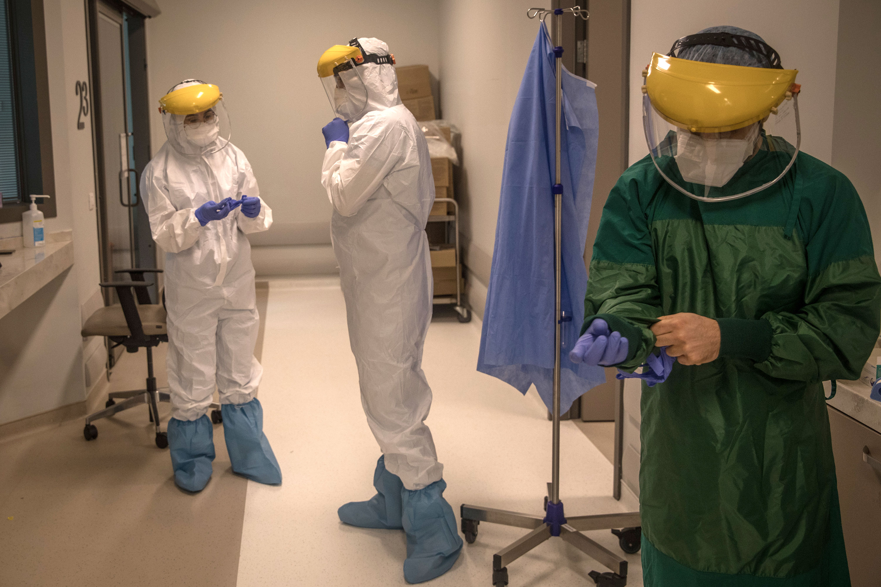 An assistant doctor and nurses prepare to perform a procedure on a patient infected with Covid-19 at the Acibadem Altunizade Hospital on April 20, in Istanbul, Turkey.
