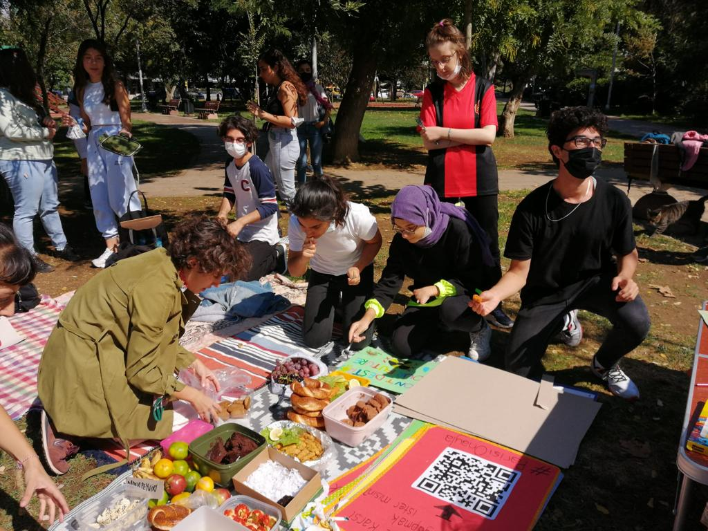 Climate activists in Istanbul start protests with a vegan picnic.