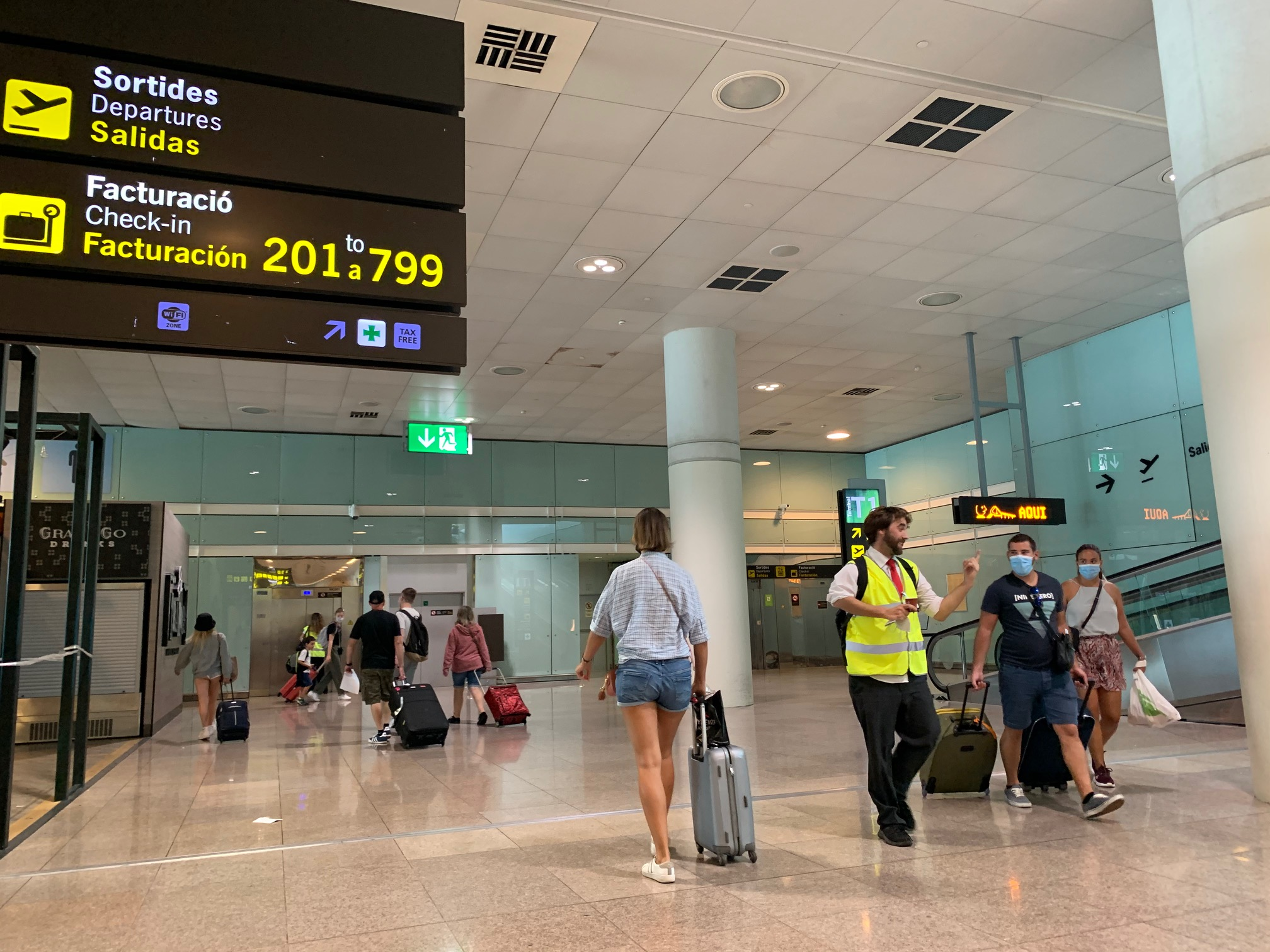 Tourists continue to arrive at Barcelona airport despite the government's recommendations.