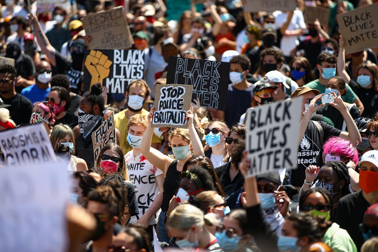 İnsanlar Trafalgar Meydanı'nda spontane bir Kara Yaşamlar Yürüyüşü'ne katılırken, Minneapolis'te George Floyd'un ölümünü protesto etmek ve 31 Mayıs'ta Londra'daki Kuzey Amerika'daki gösterileri desteklemek için pankart düzenliyorlar.