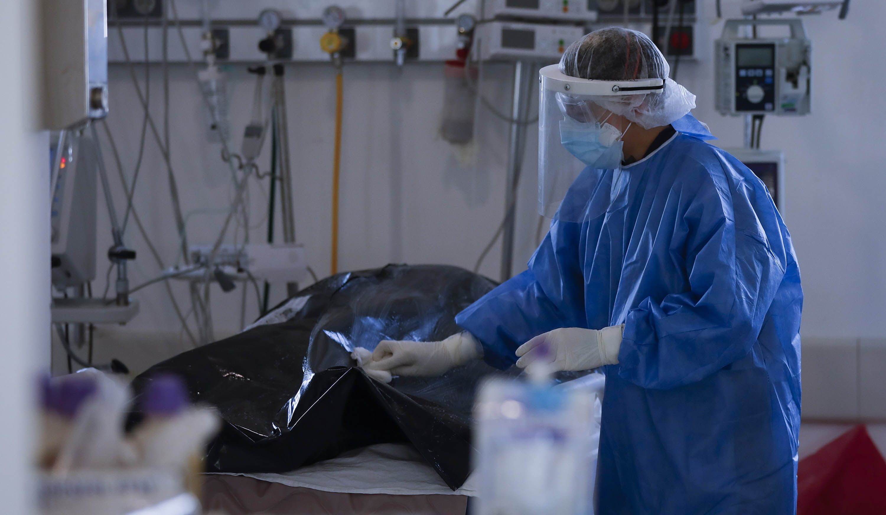 A health worker cleans the bodybag of a Covid-19 victim in the intensive care uni of a hospital in Buenos Aires, Argentina, on August 18.