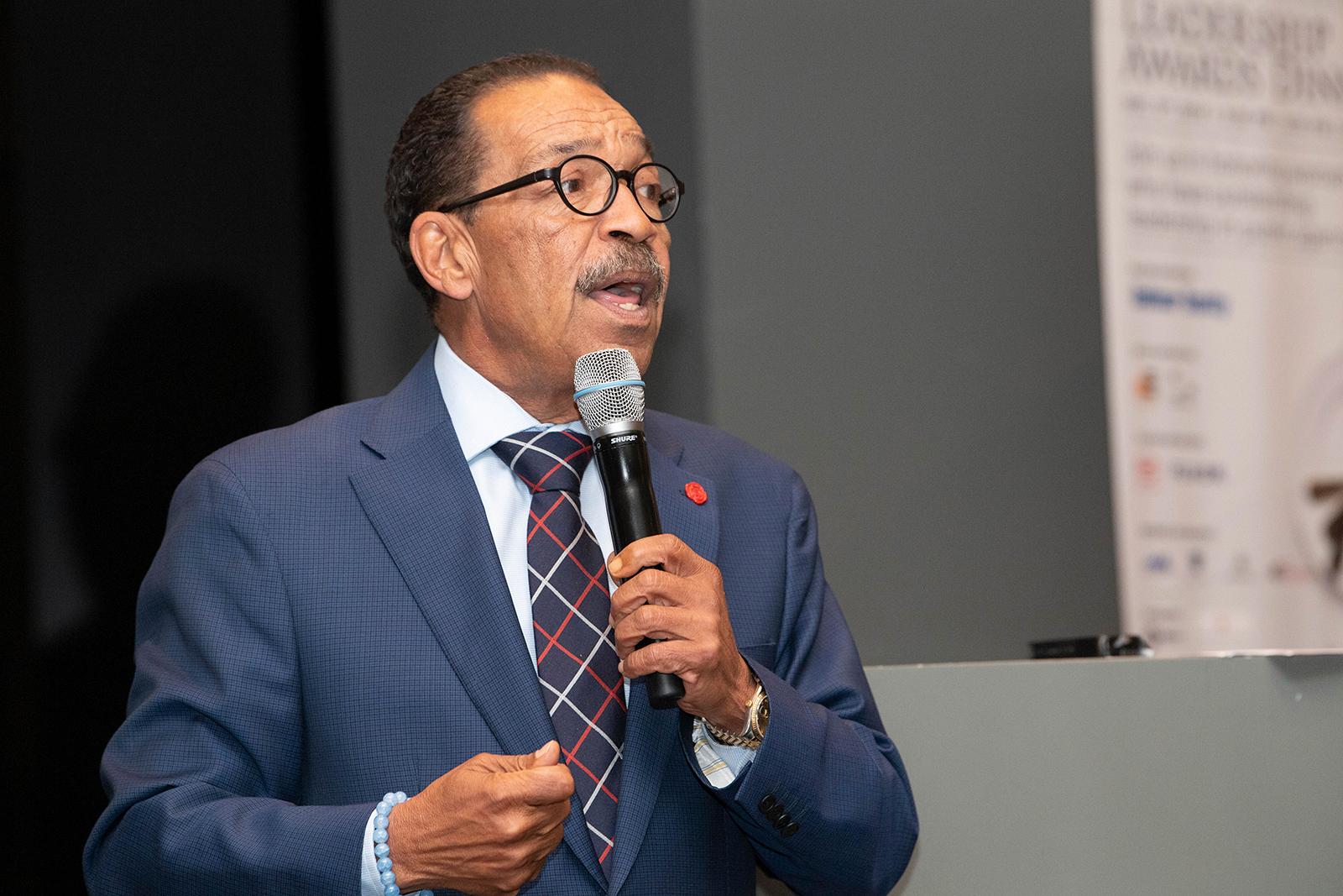Los Angeles Kent Konseyi Başkanı Herb Wesson Jr., 3 Aralık 2019 tarihinde Los Angeles'taki Şehir Kulübünde konuşuyor