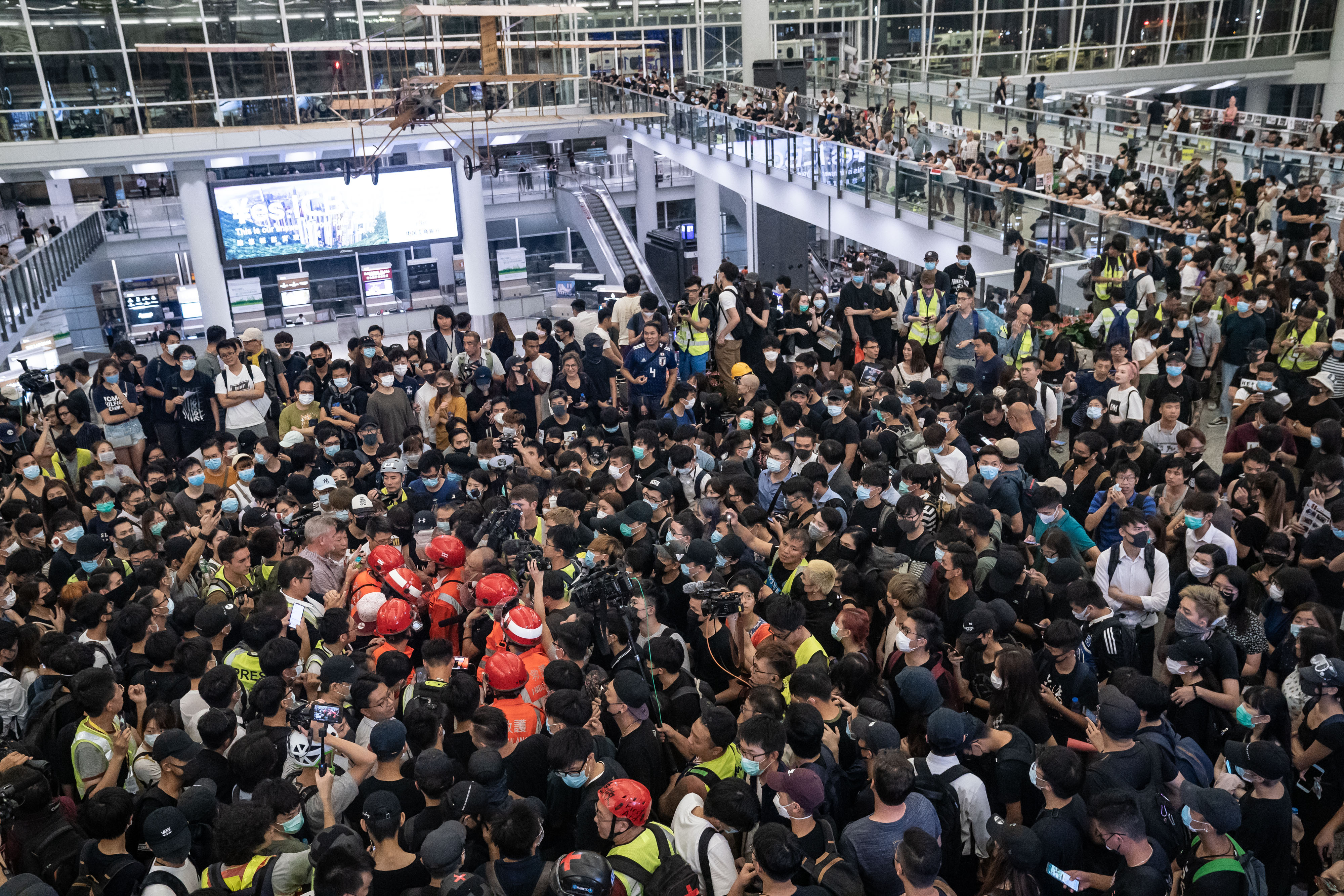 Multitudes de manifestantes en el Aeropuerto Internacional de Hong Kong durante una manifestación el 13 de agosto de 2019.