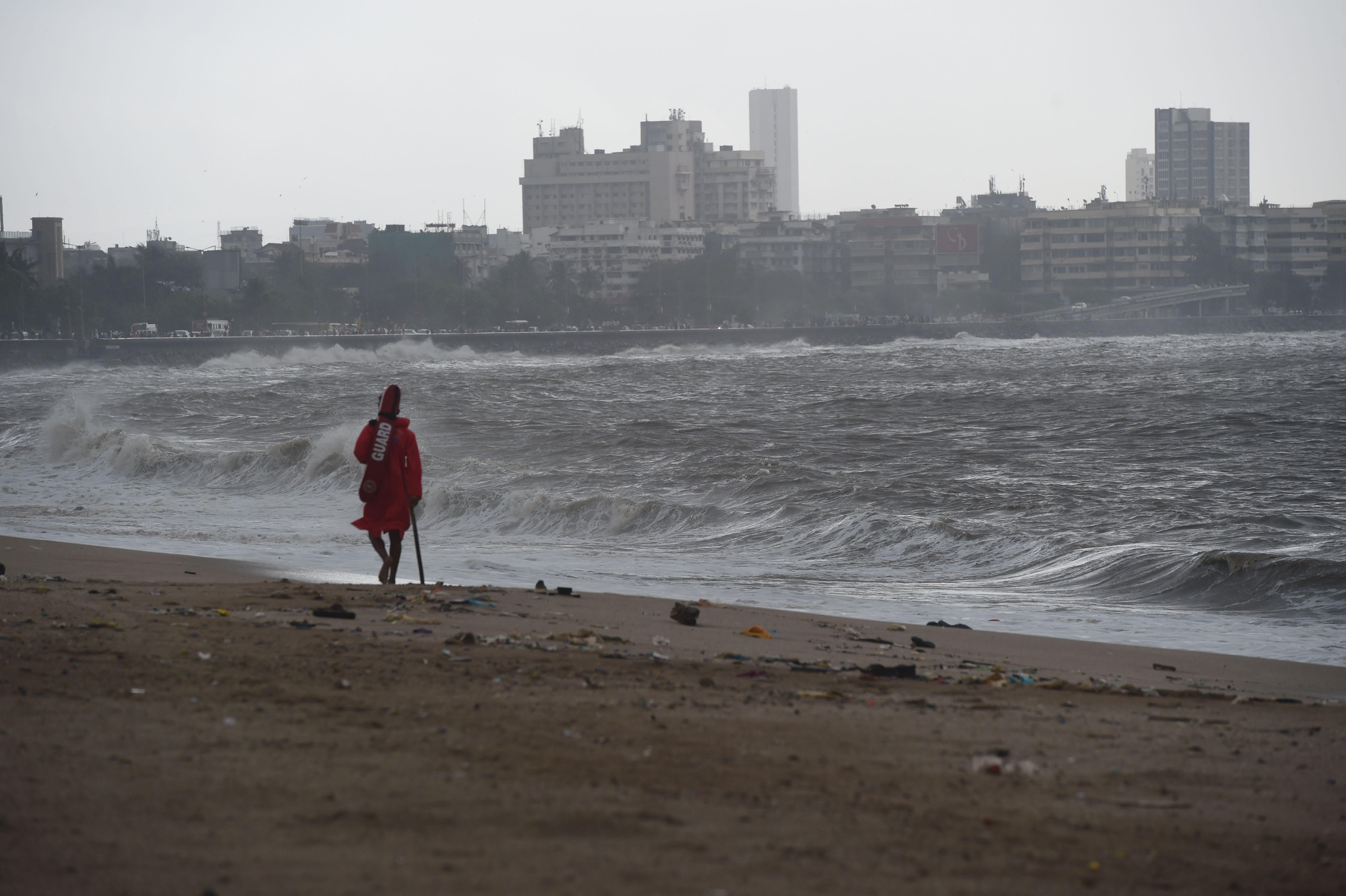 Un maître nageur se promène sur la plage de Girgaum Chowpatty après sa fermeture à Mumbai le 12 juin 2019.