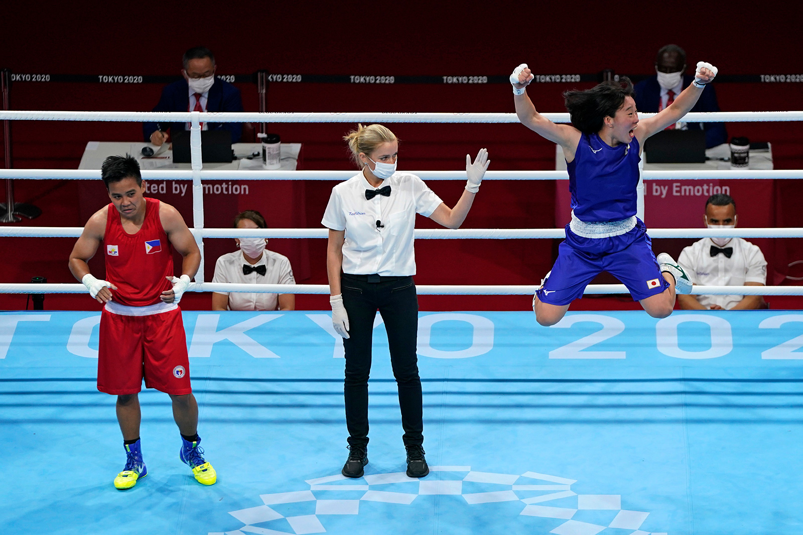 Japan's Sena Irie, right, celebrates defeating Philippines's Nesthy Petecio to win the women's featherweight 60-kg final boxing match on Tuesday.