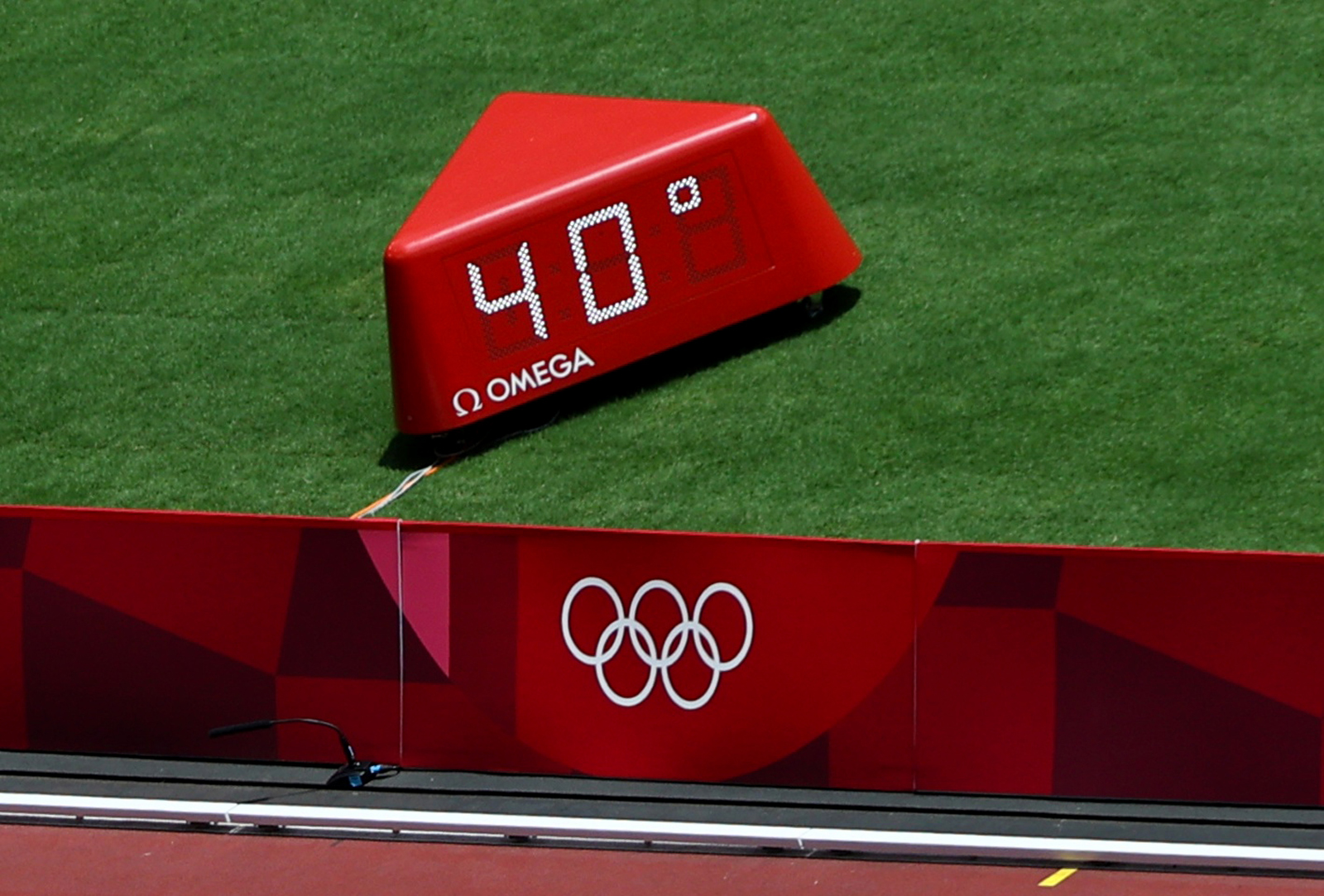 The temperature reads 40 degrees Celsius in the Olympic Stadium on August 1.