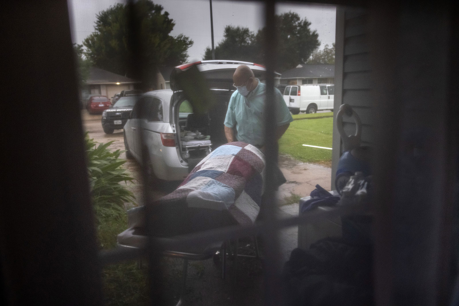 A funeral home worker transports the body of woman who died of Covid-19 at her home in Houston, Texas, on September 13.