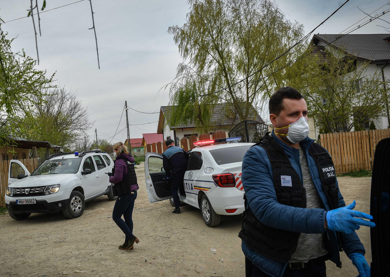 Police reinforce a lockdown curfew in Tandarei, Romania, on April 4.