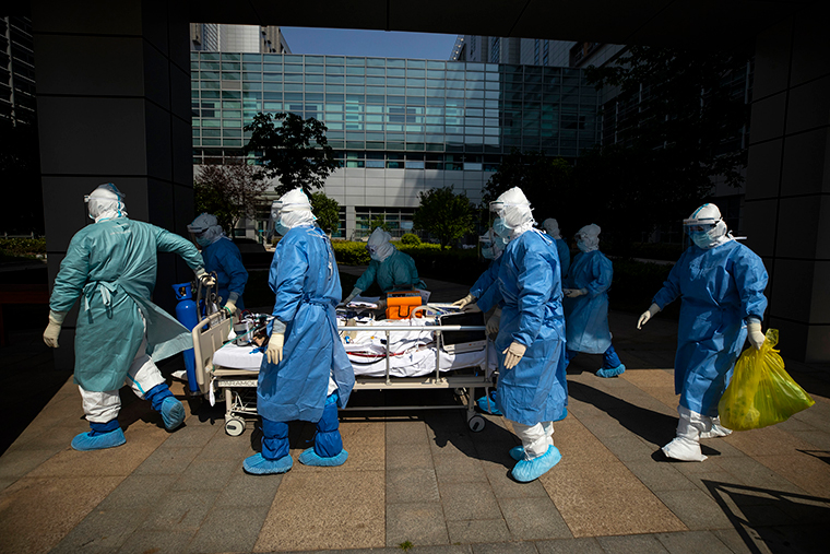Medical workers transfer a COVID-19 patient in severe and critical condition to the Intensive Care Unit ward at the Zhongfaxincheng campus of Tongji Hospital affiliated to Huazhong University of Science and Technology in Wuhan, China,on April 12.