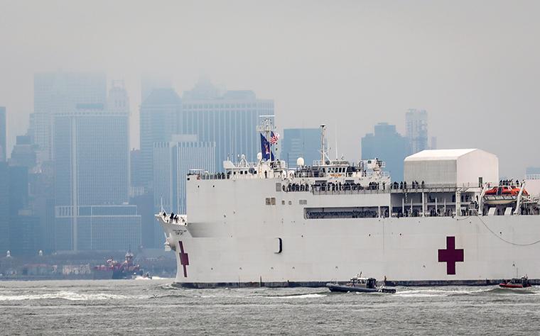 Ανακούφιση: US Ναυτικό νοσοκομείο πλοίο πλησιάζει στην Πόλη της Νέας Υόρκης αποβάθρα