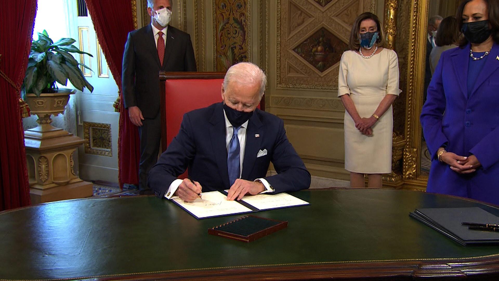 Псаки перечислила первые 15 указов президента