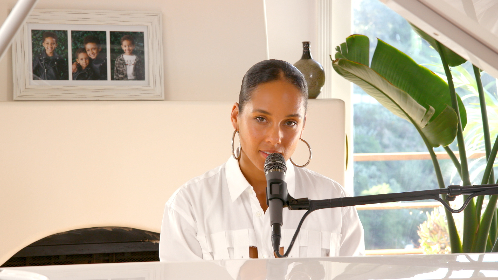"Alicia Keys performing ""Good Job."""