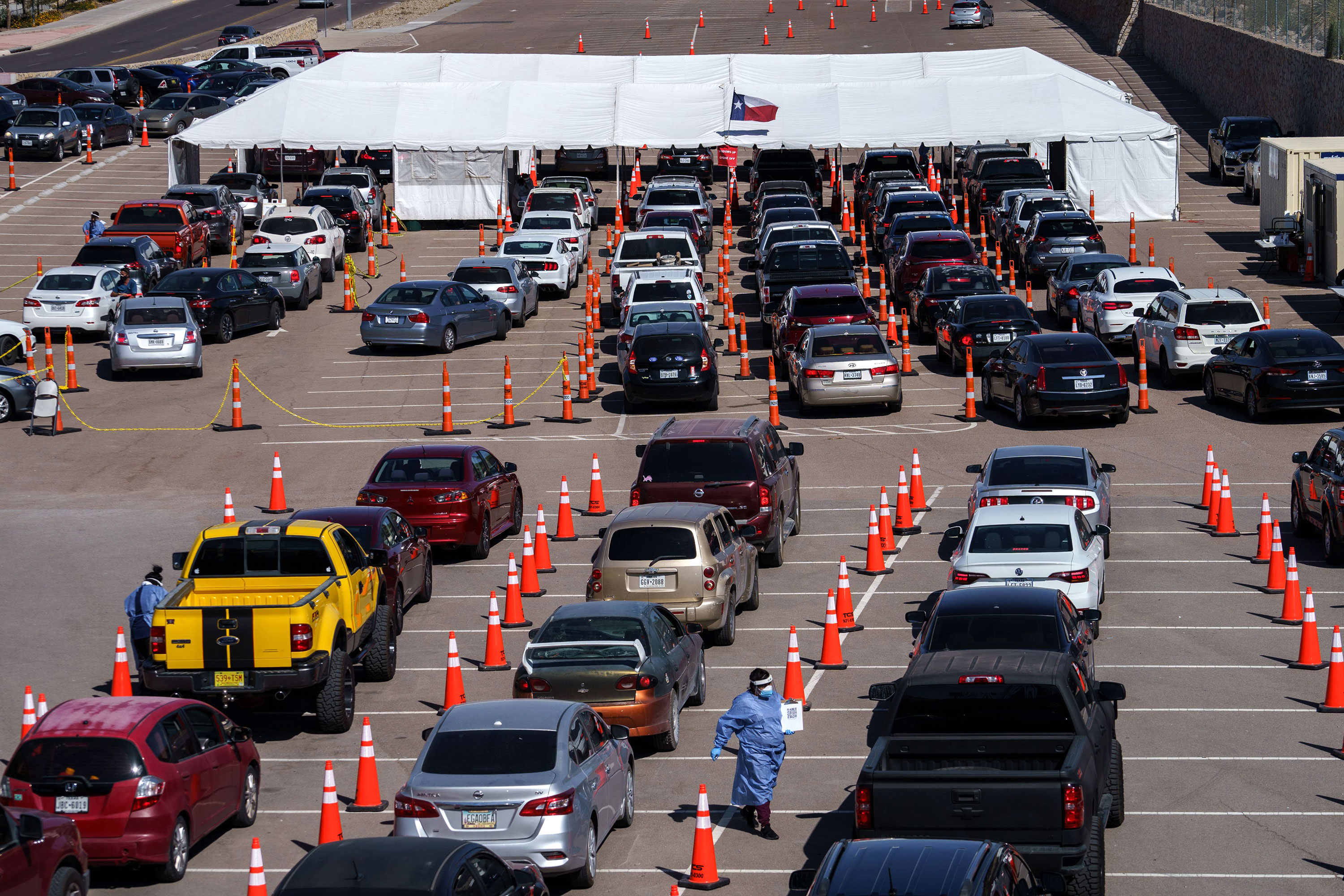 Motorists line up for Covid-19 tests at the University of Texas El Paso on October 23.