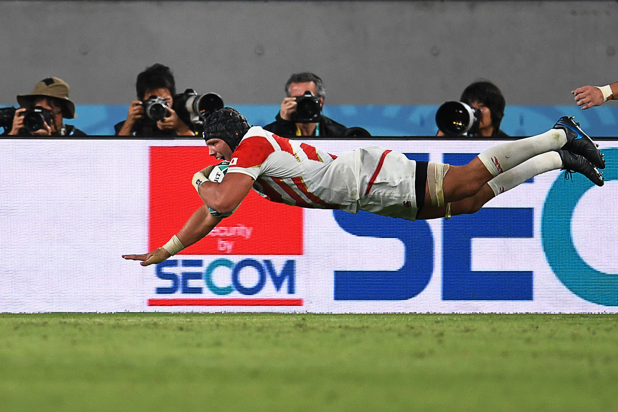 Pieter Labuschagne grabs his side's third try.