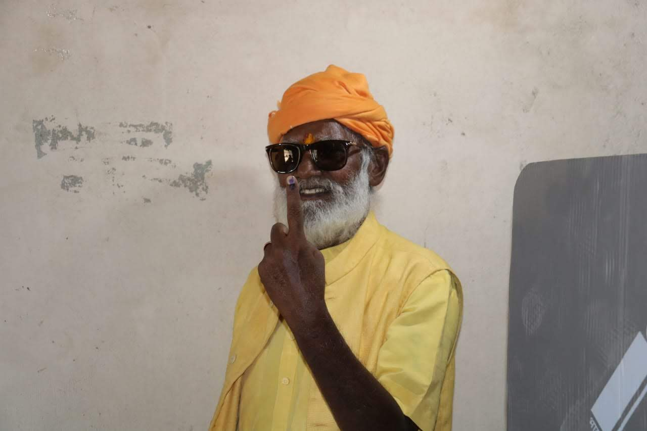 Bharatdas Darshandas, a priest, lives at a remote temple in the Gir forest.
