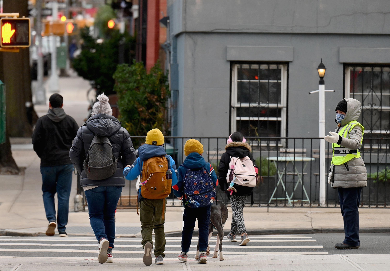 Los niños llegan a clase el 7 de diciembre de 2020 en la ciudad de Nueva York.