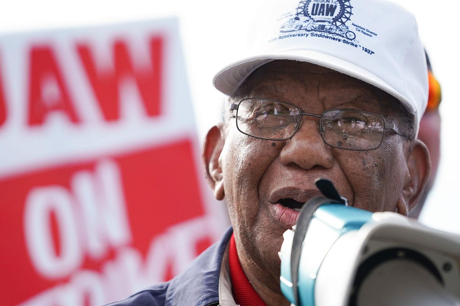 Ruben Burks speaks to UAW members in Flint, Michigan, on September 24.