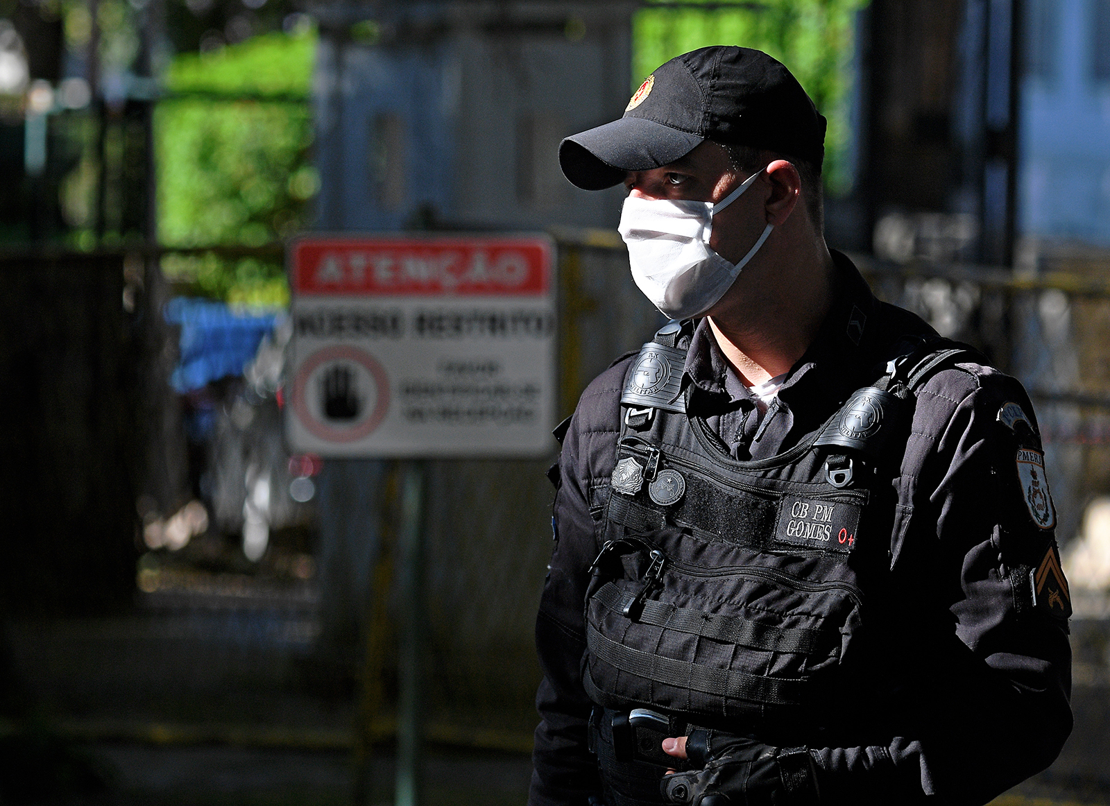 A policeman patrol the home of Rio Governor Wilson Witzel in Rio de Janeiro on August 28.