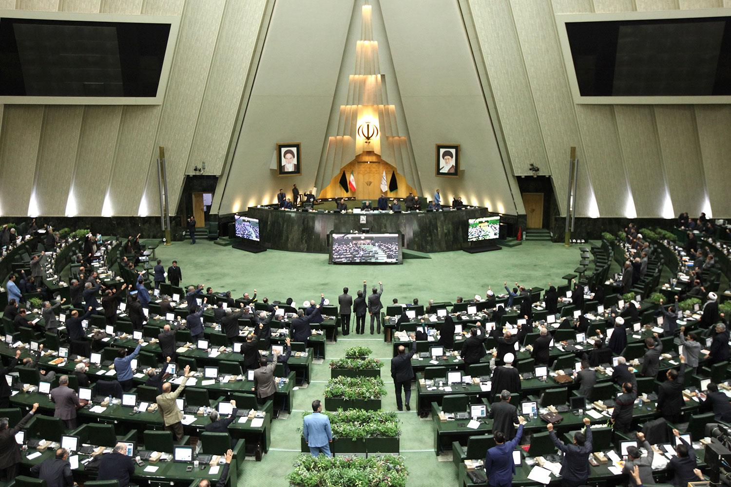 (File photo) Iranian lawmakers vote during a parliamentary session in Tehran.