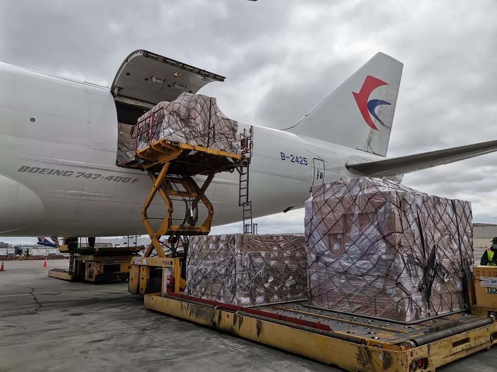 Billionaire co-founder of Alibaba Joe Tsai and his wife Clara Wu Tsai have donated 2.6 million masks, 170,000 goggles and 2,000 ventilators to New York. The donations came in two separate shipments. One arrived at Newark on April 2 and has already been distributed.