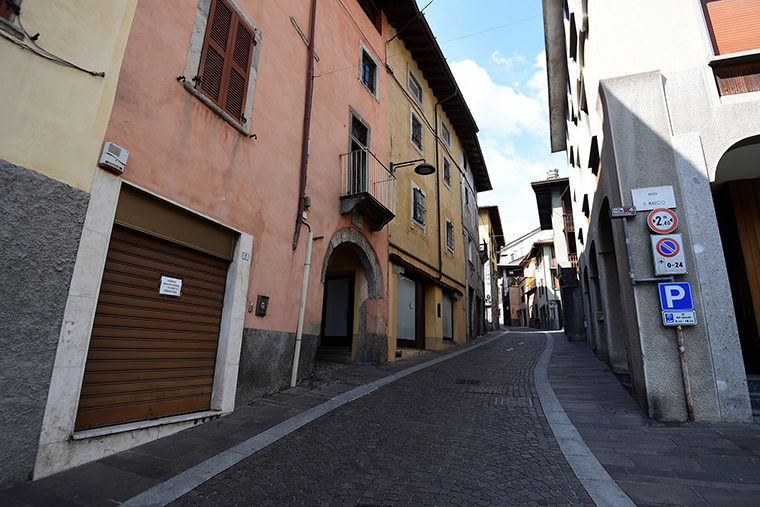 A view shows a deserted street in Vertova near Bergamo, Lombardy, on March 24, 2020, a village of some 5,000 inhabitants where 36 people have died of coronavirus in 23 days.
