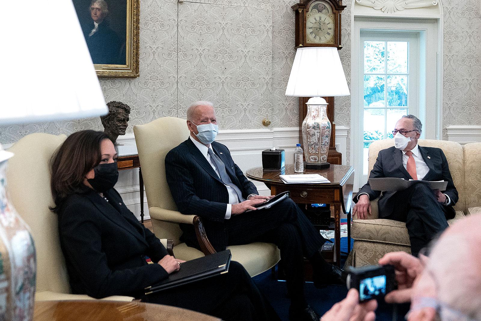 बाएं से, उपराष्ट्रपति कमला हैरिस, राष्ट्रपति जो बिडेन, और सीनेट मेजरिटी लीडर चक शूमर ओवल ऑफिस में डेमोक्रेटिक सीनेटरों के साथ बैठक करते हैं।