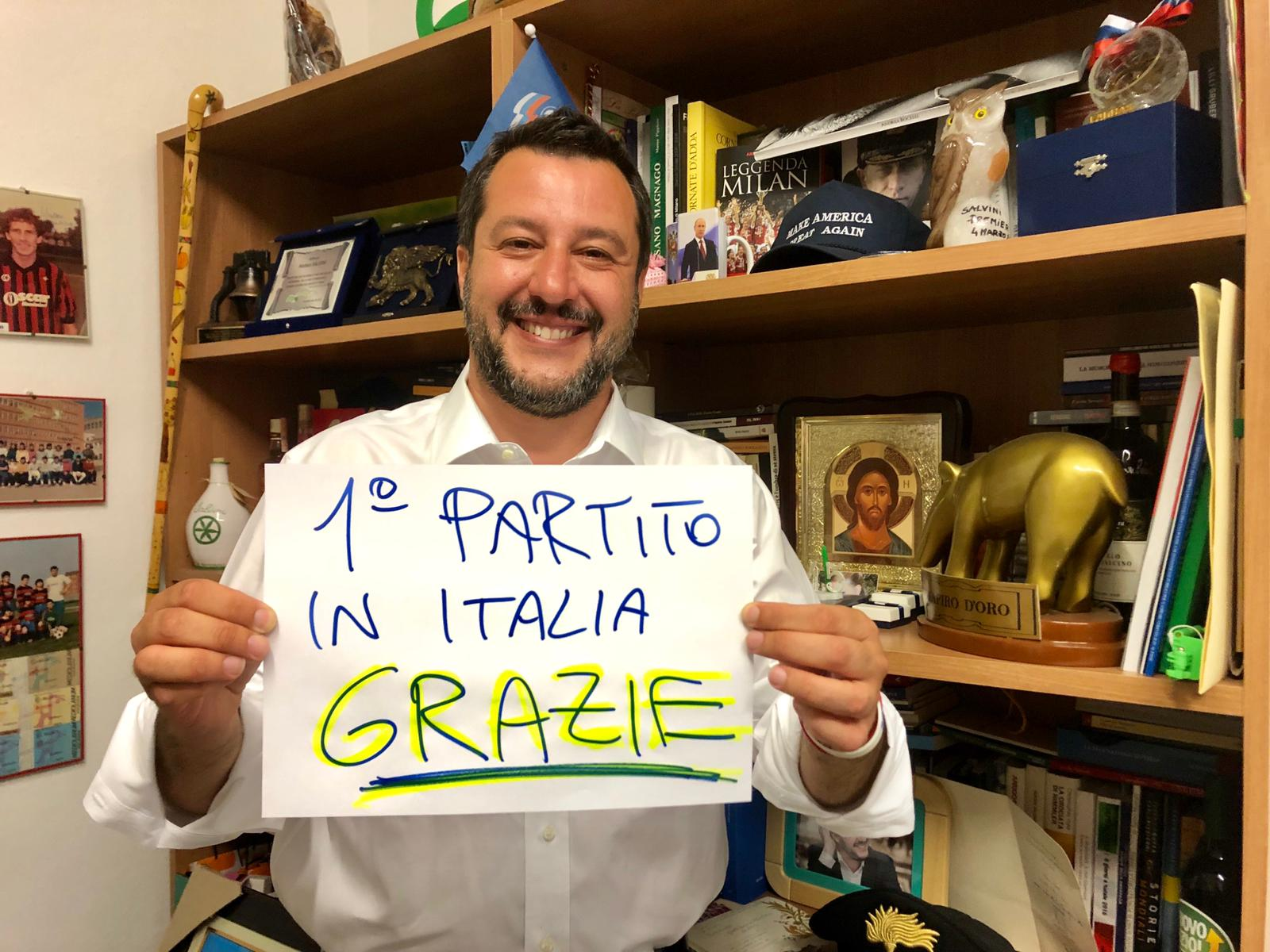 Matteo Salvini holds up a piece of paper that thanks voters.