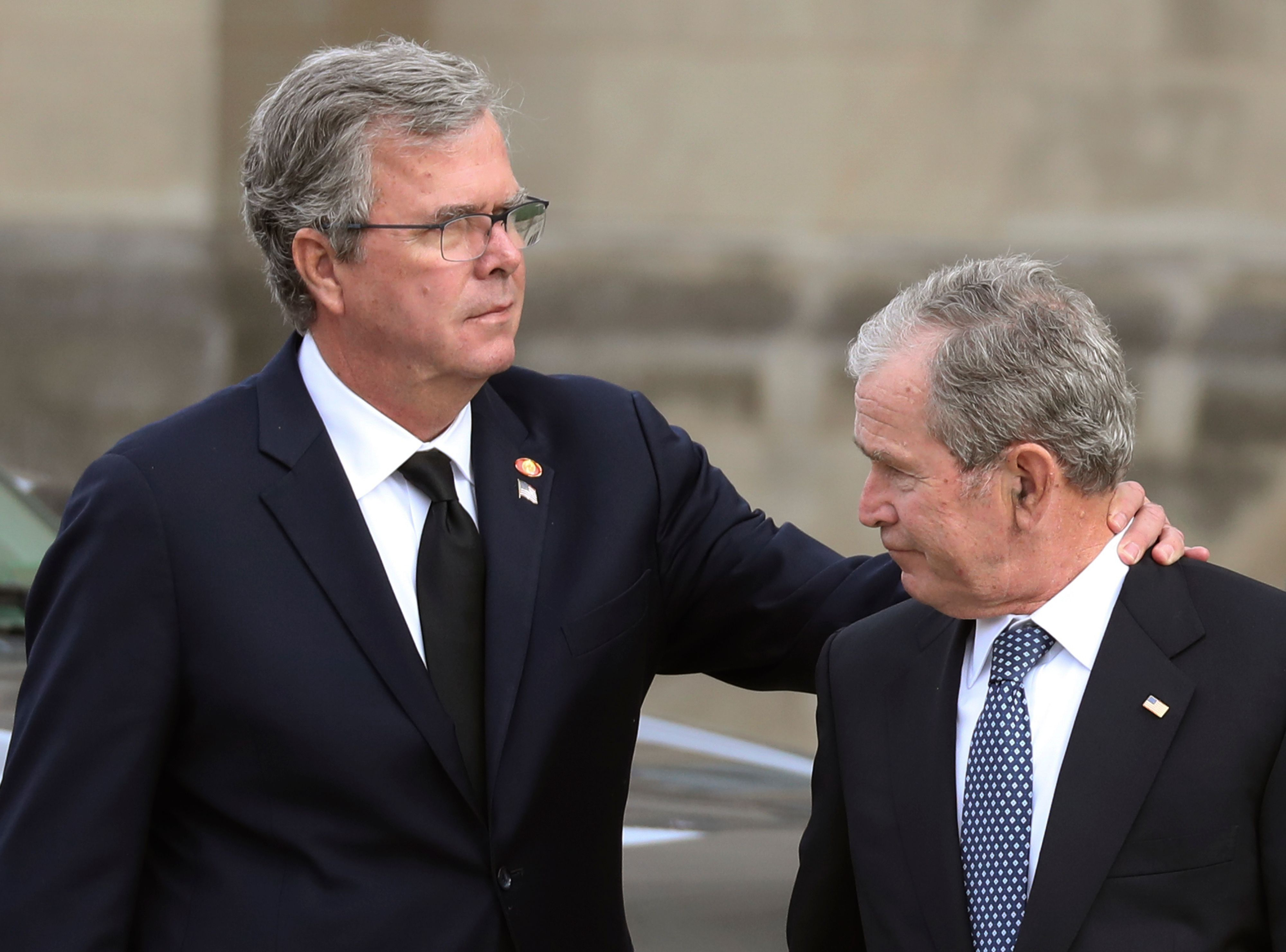 Former US President George W. Bush (r.) and his brother, former Florida Gov. Jeb Bush, arrive for the funeral service for their father, former US President George H. W. Bush Wednesday.