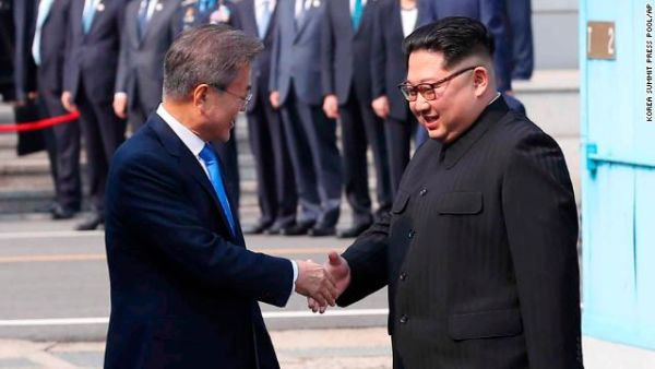 Kim Jong Un and Moon Jae-in shake hands.