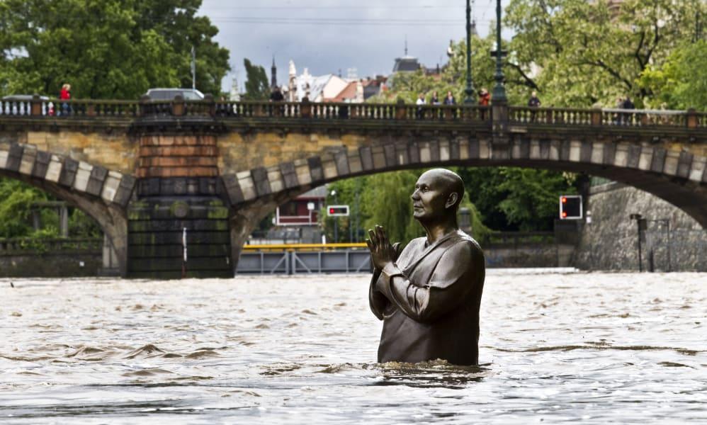 01 europe floods 0604