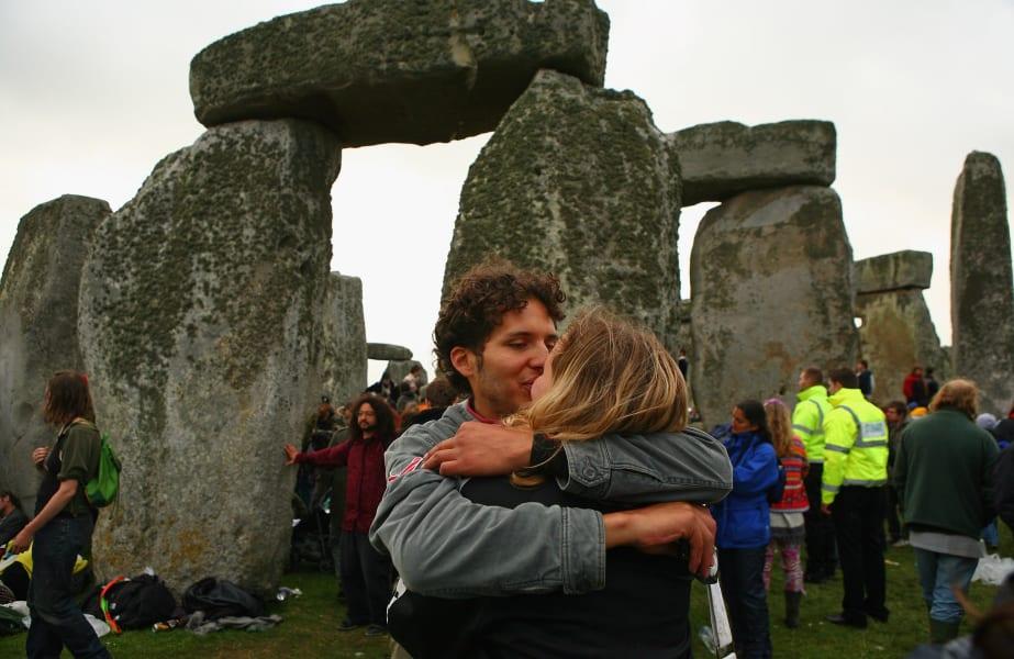 midsummer stonehenge kiss