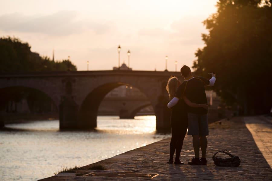 welcoming cities paris couple